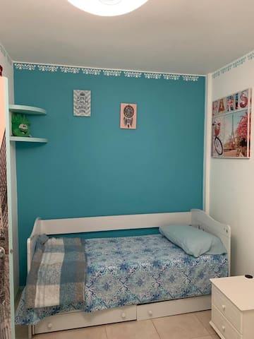 Cuarto con cama individual y abajo cama marinera, primer piso.