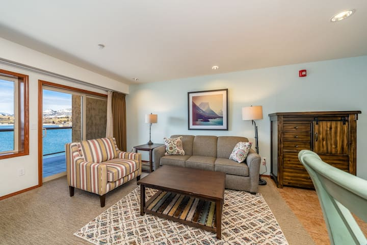 Grandview Lake View 525! Luxury Waterfront condo, sleeps up to 6!