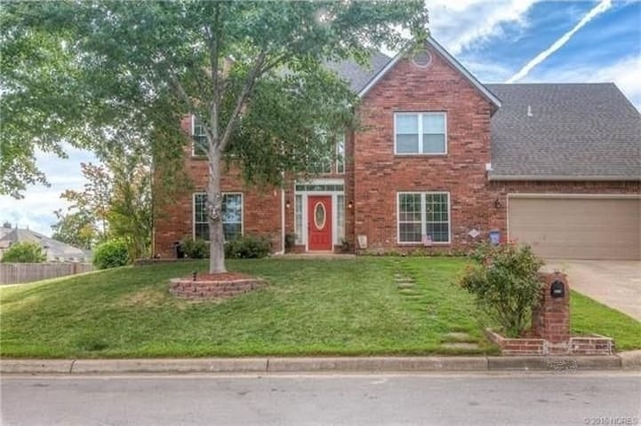 Beautiful South Tulsa Home with private Bedroom