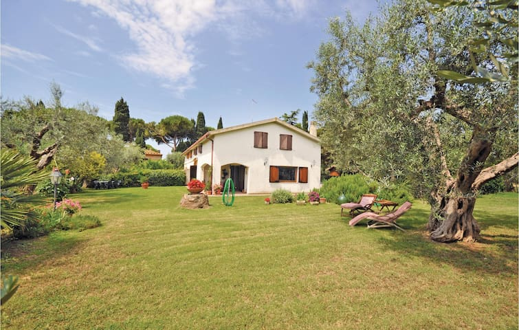Semi-Detached with 4 bedrooms on 180 m² in Tarquinia VT