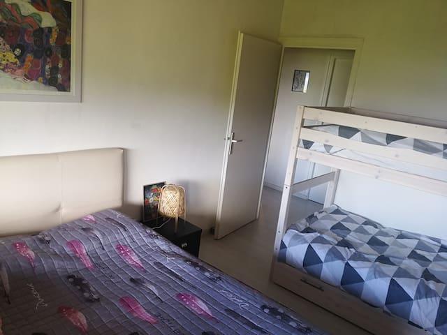 chambre 2 à l'étage avec un lit de 140x200 et deux lits superposés de 90x200