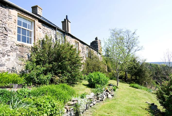 Bright, castle cottage on The Tweed - Peebles - House