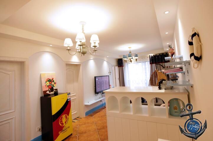 我们精心布置的客厅,物品质量上乘,也很舒适。