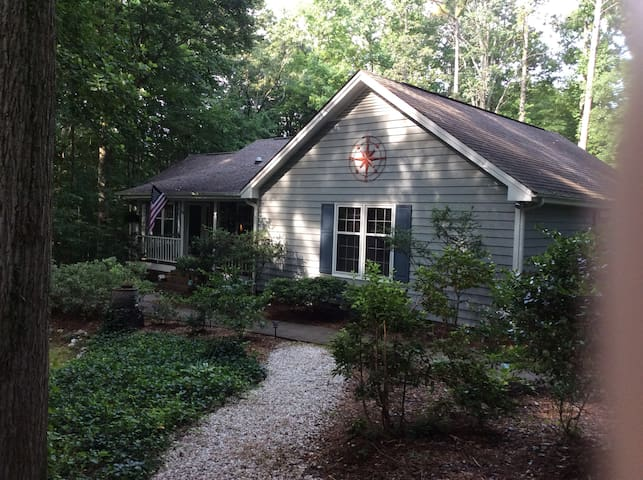 Private Entrance to Private Room, Wooded Cottage - Cary - Guest suite