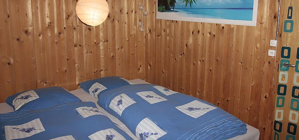 Schlafzimmer mit Doppelbett 140 x 200 cm