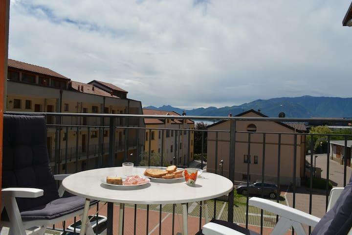 Ontbijten met uitzicht op bergen en meer