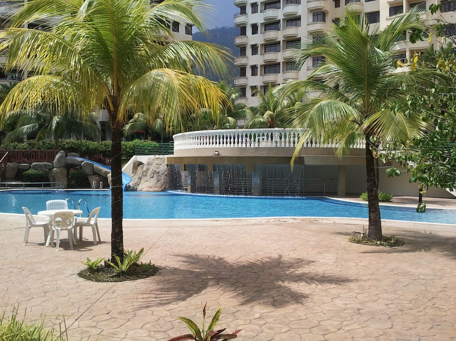 Palm Trees by the Pool & Hydro Massage - Penang Seaview Apartment