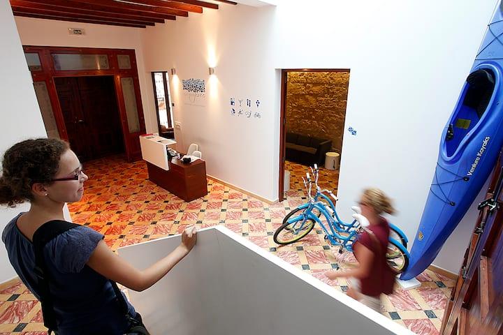 Cama en habitación de 8 en albergue de diseño