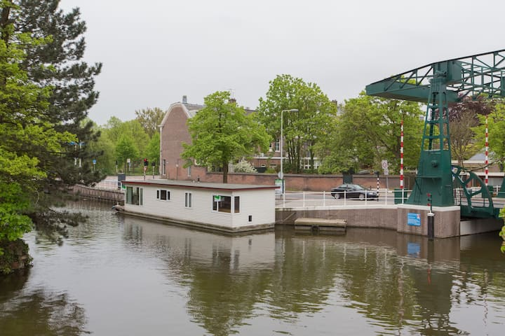 Modern boat house in Leiden center - Leiden - Łódź