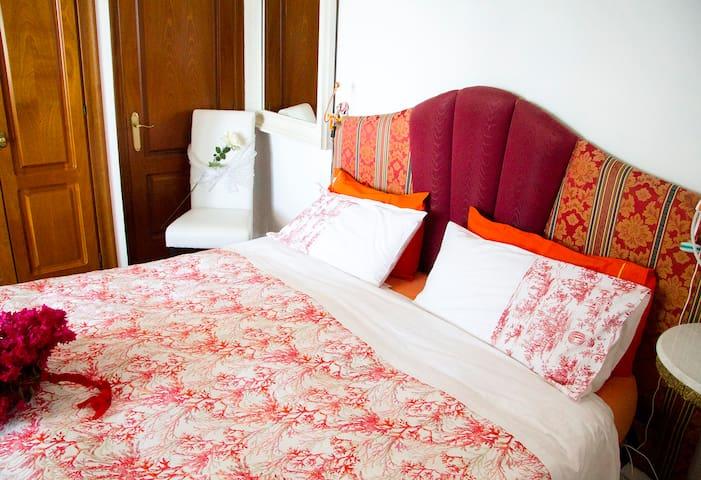 letto king size. 4 cuscini a disposizione per ogni comodita'. Bagno en suite, con piano doccia.