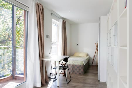 Bright clean single rm w/ balcony! - London - Lejlighed