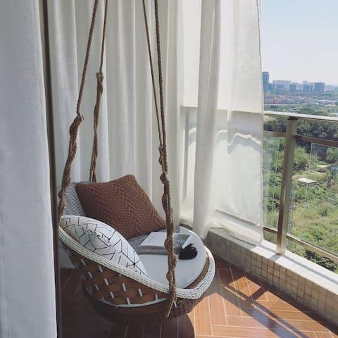 阳台的吊椅,是每个个的最爱。一本书,一缕阳光,慢慢地摇啊摇。。