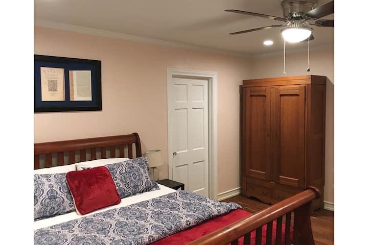 Charming Bedroom w/Private Bath—7 min to Magnolia