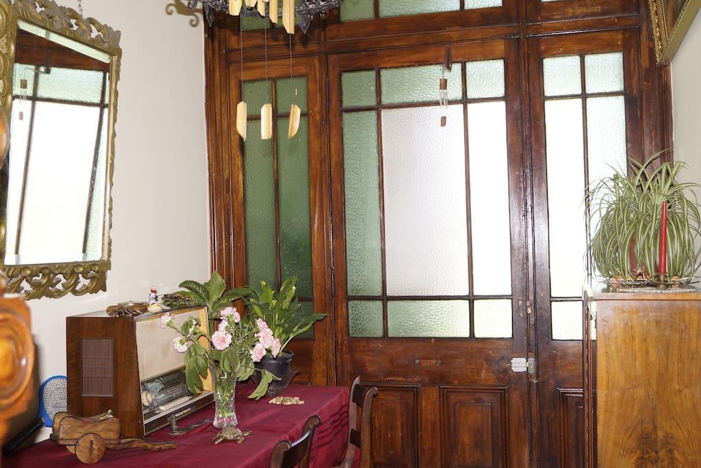 entrada de la casona blanca rosa bellamente decorado.