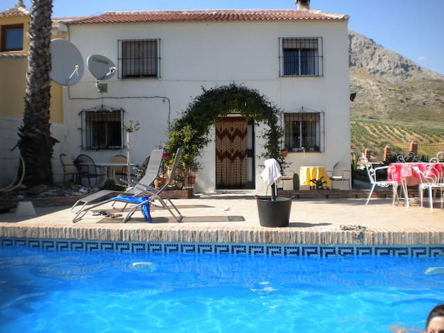 LARGE GROUNDFLOOR BEDROOM SUITE WITH PRIVACY - Antequera