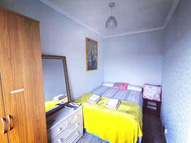 Cozy, clean double room, 15 mins to centre.