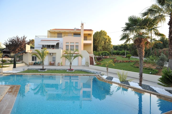 Family-Friendly Large Villa w/Pool+Childrens Area!