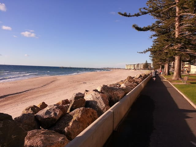 Glenelg apartment 200m from beach