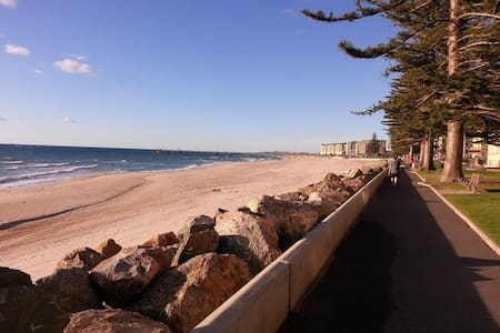 Glenelg apartment 200m from beach - Glenelg