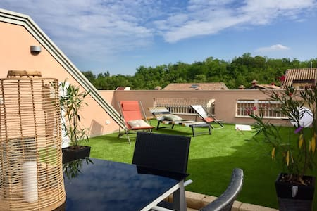 """ Attic 82 "" Private Rooftop garden with lake view"