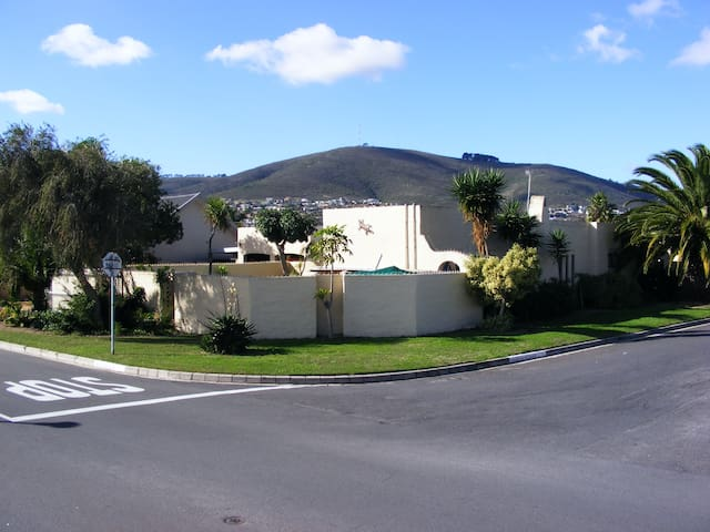 Self-catering apartment with pool,patio & BBQ . - Cape Town - Huoneisto