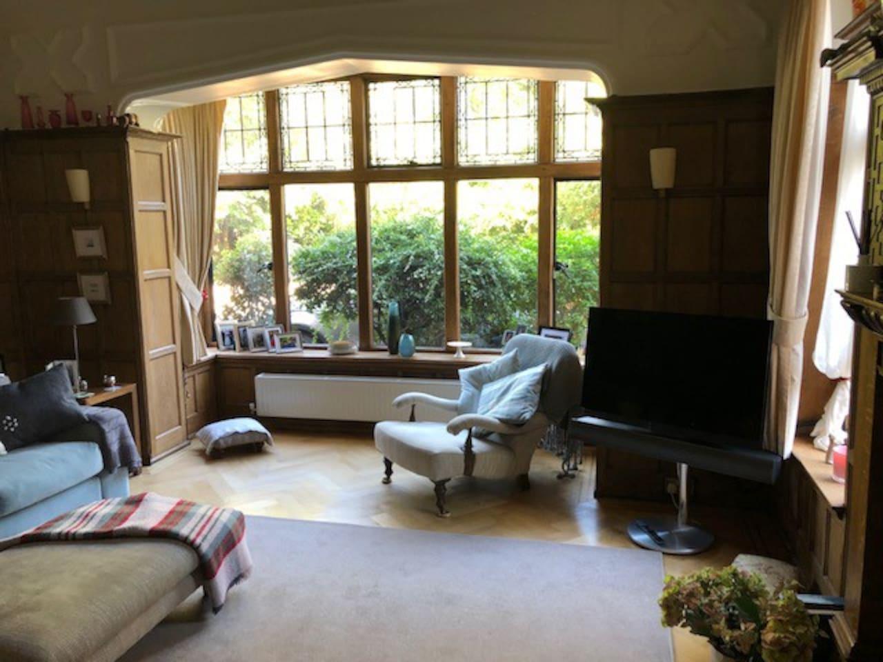 Oak panelled  sitting room B&O TV