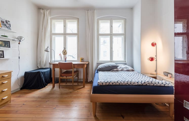Room with big living room in Hip Friedrichshain - Berlin - Apartment
