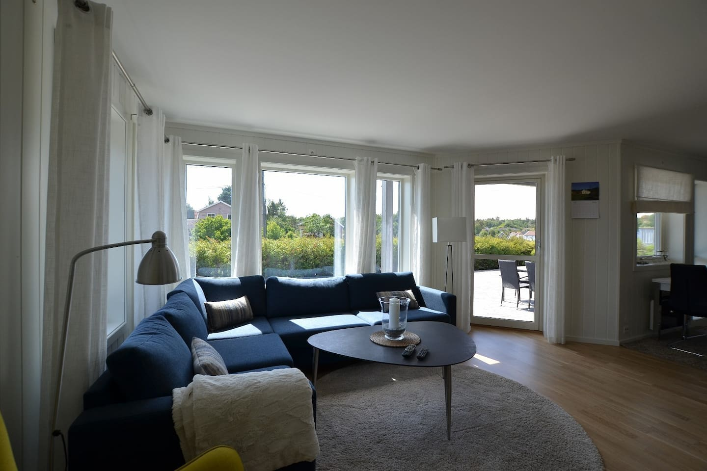 Romslig stue. I leiligheten med 5 soverom er stuen lik, men det er også en stue i annen etasje.