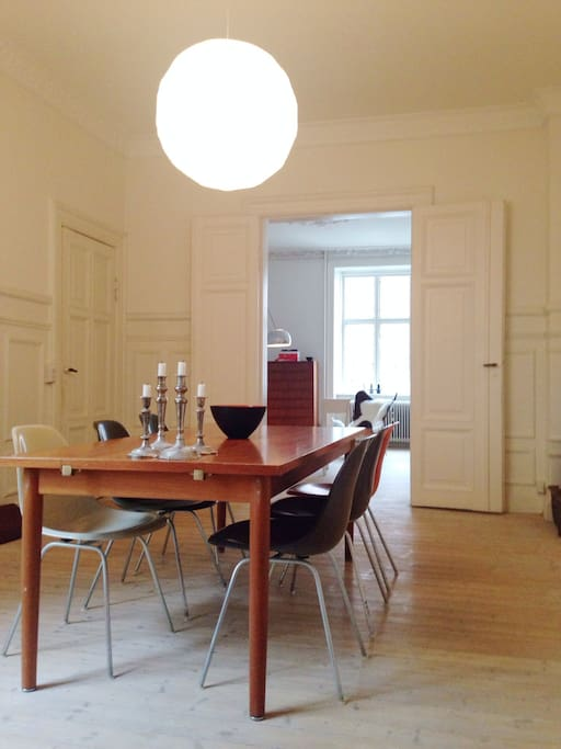 High ceilings, beautiful wooden floors and original ornaments and panels dating back to 1895