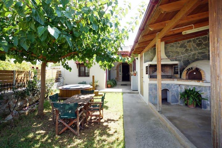 Stone  house with arches/ Πετρόκτιστο σπίτι