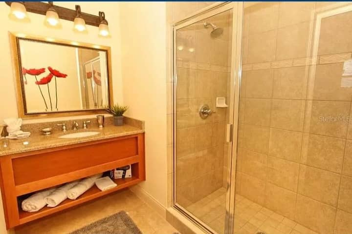 Spacious private master bedroom near theme parks