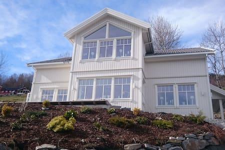 Fantastisk fjord- og fjellutsikt i vakre Stryn - Stryn - Dům