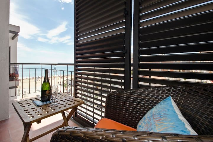 """"""" Cal Xillo"""" luxury apartment at beach side."""