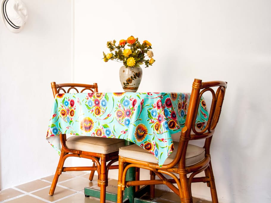 Beautiful minimalistic Mexican style decor. Just the right amount of color.