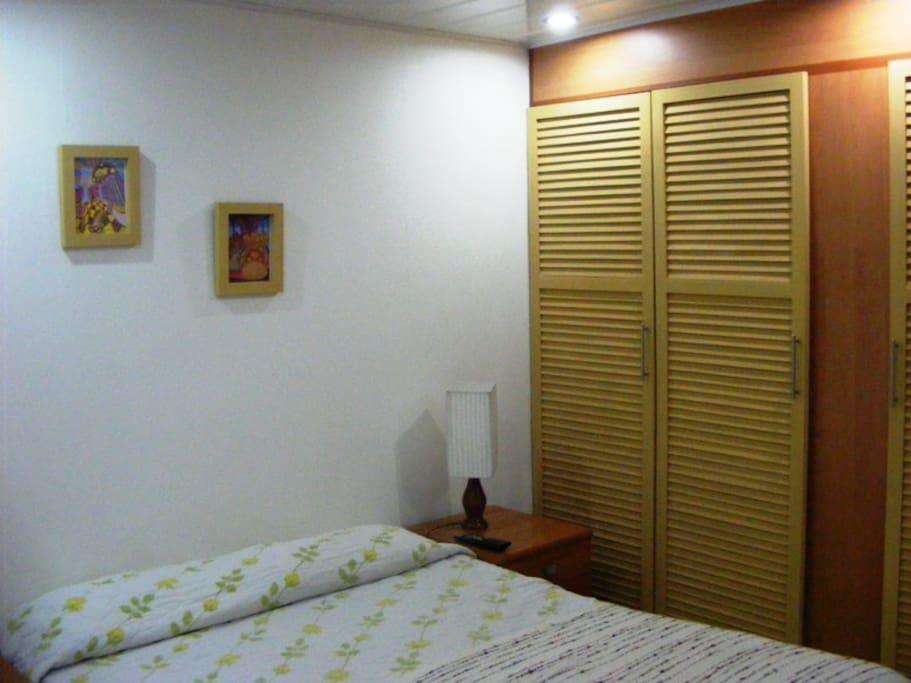 Dormitorio con closet