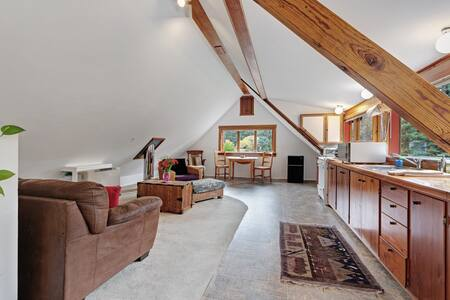 Peaceful, dog-friendly studio with meadow views on 5 acres in the redwoods!