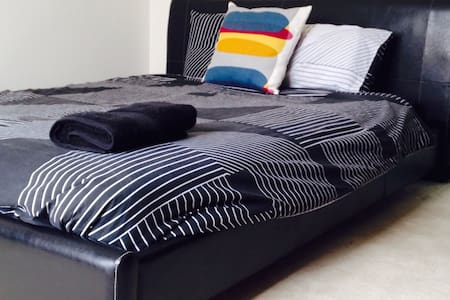 Bright,clean and comfy queen room! - Hamlyn Heights