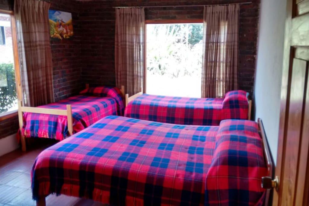 Una de nuestras habitaciones, dos camas dobles y una sencilla