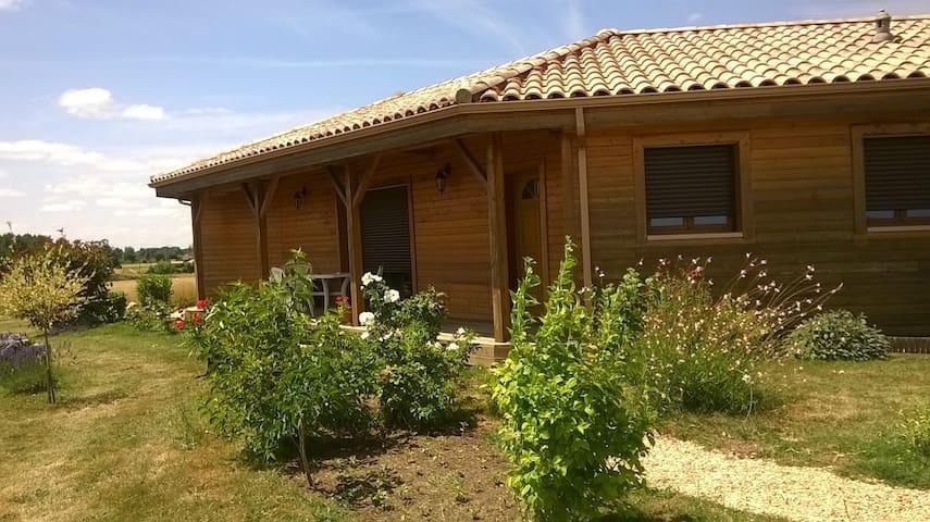 Agréable Maison en bois sur espace vert et dégagé - Montendre - House