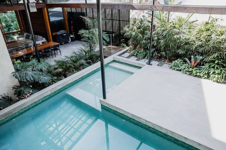THE RAINFOREST HOUSE: pool, tennis crt, 5 bedrooms