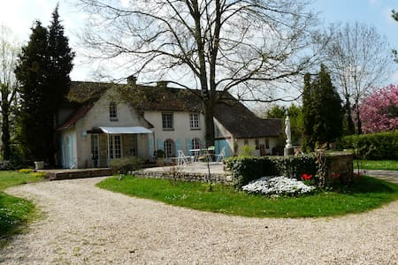 Gïte / séjour dans maison de charme - La Neuville-sur-Essonne - Bed & Breakfast