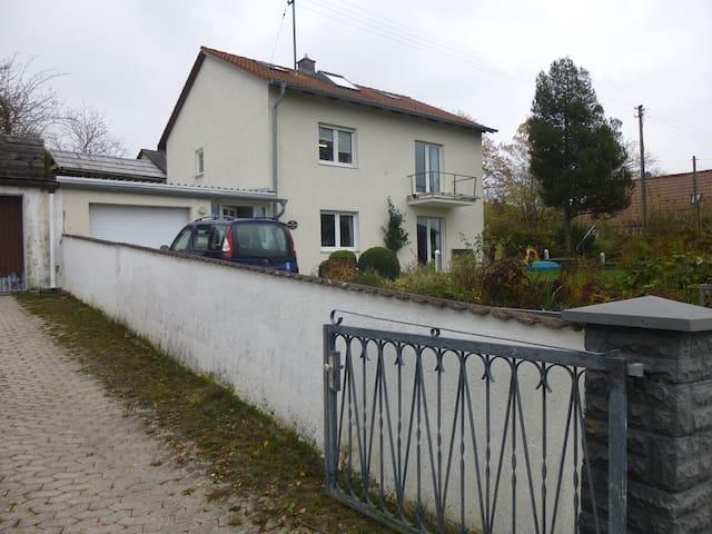 Kleines Apartment im Dachgeschoss - Weichs - House