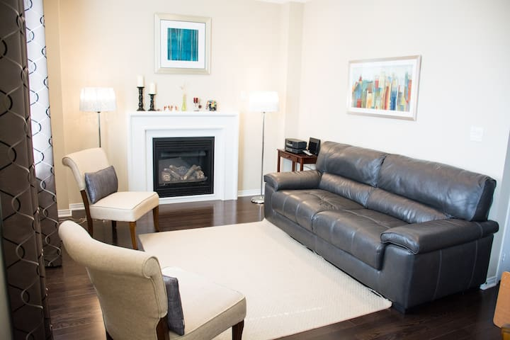 Bowmanville/ 2 BR Furnished Home w/ 4 Car Parking - Bowmanville - Σπίτι