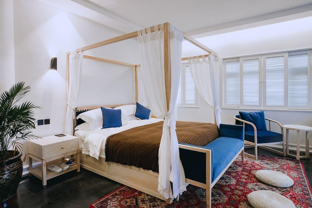 房间内的所有配置均为五星级酒店标配,床上用品及布草均为五星级酒店专供康乃馨品牌。房间的内饰及洗护用品均是房东花心思精心挑选摆配,请您安心入睡,放心使用。许院民宿,专注于每一个细节,为您提供旅途中最温馨的家!