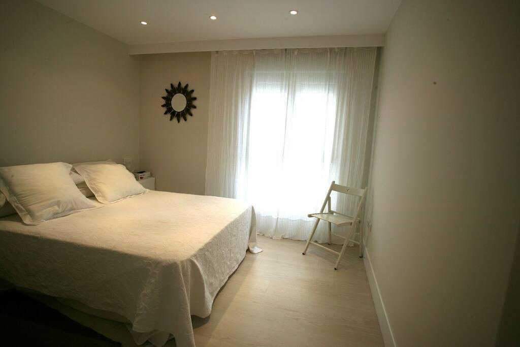 Dormitorio principal, con armario empotrado.