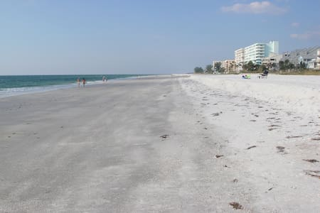 Spacious Two Bedroom Beach Condo - Indian Shores