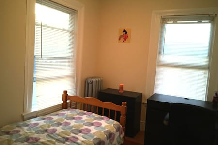 A sunny pirvate room in Brookline(158 Boylston ST) - Brookline - House