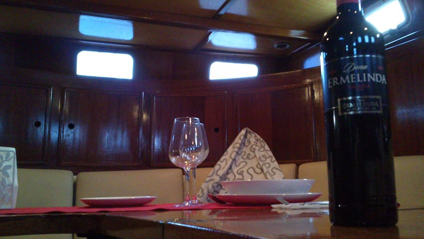 dormir em veleiro lisboa bateaux louer lisbonne lisbonne portugal. Black Bedroom Furniture Sets. Home Design Ideas