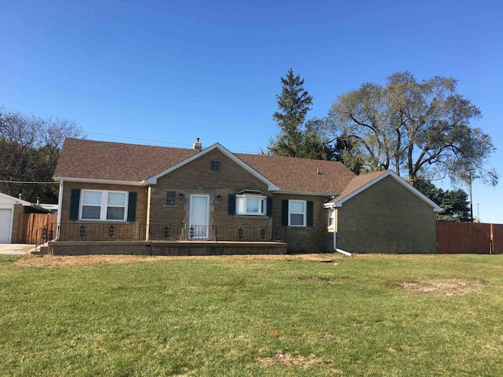 Clean, private house, dog friendly, right off I-57