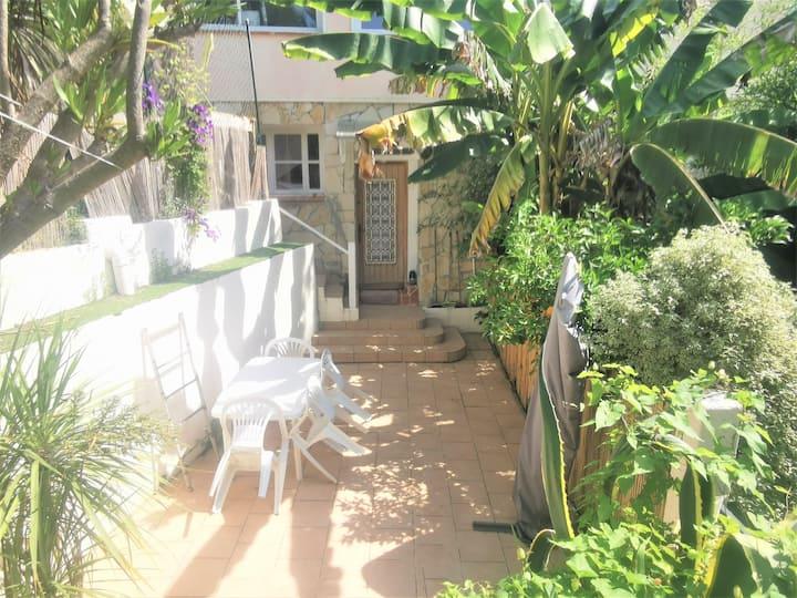 Studio avec grande terrasse privative dans maison